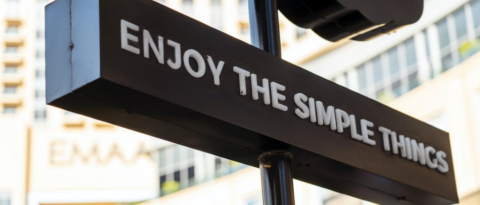Schild mit der Aufschrift «Enjoy the simple things»