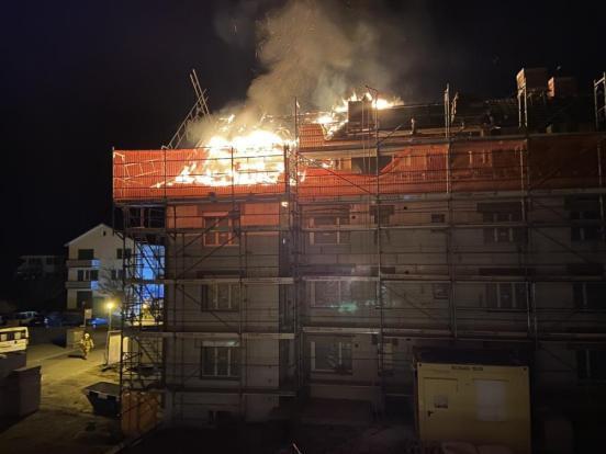 Flammen dringen aus Dachstock