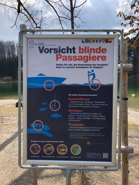 Plakat in Plakatständer am Ufer des Türlersees